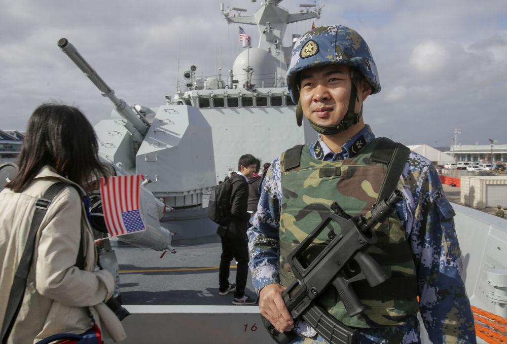 停靠在圣迭戈港的中国护卫舰上的海军士兵