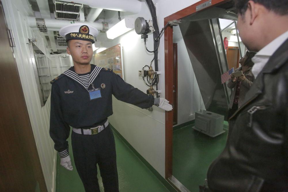 圣迭戈港中国护卫舰上的海军士兵和受邀登舰参观的客人