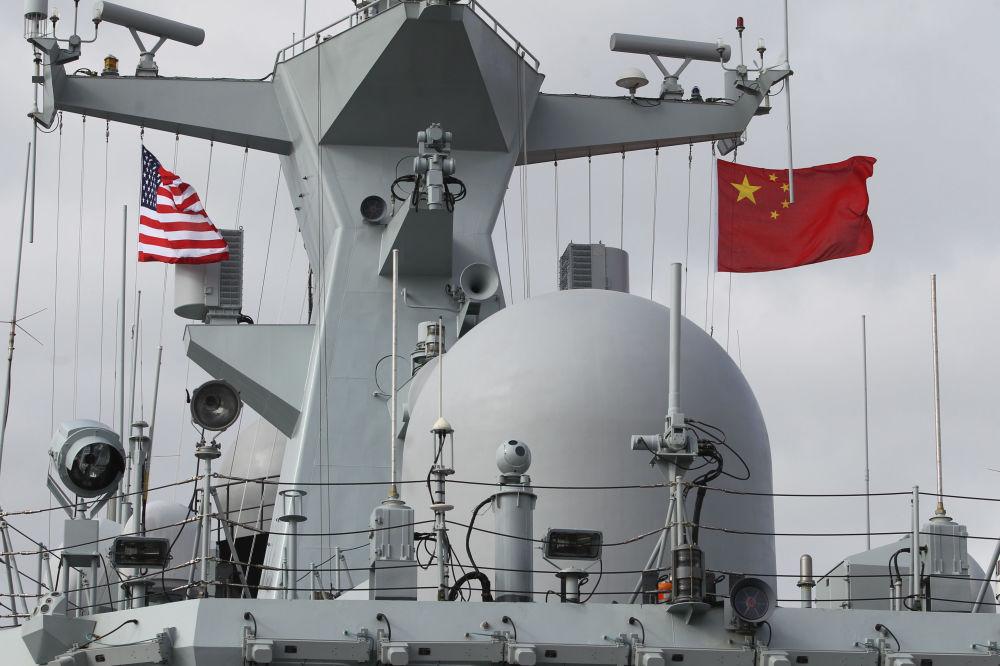 停靠在圣迭戈港的中国护卫舰上悬挂着中美两国国旗