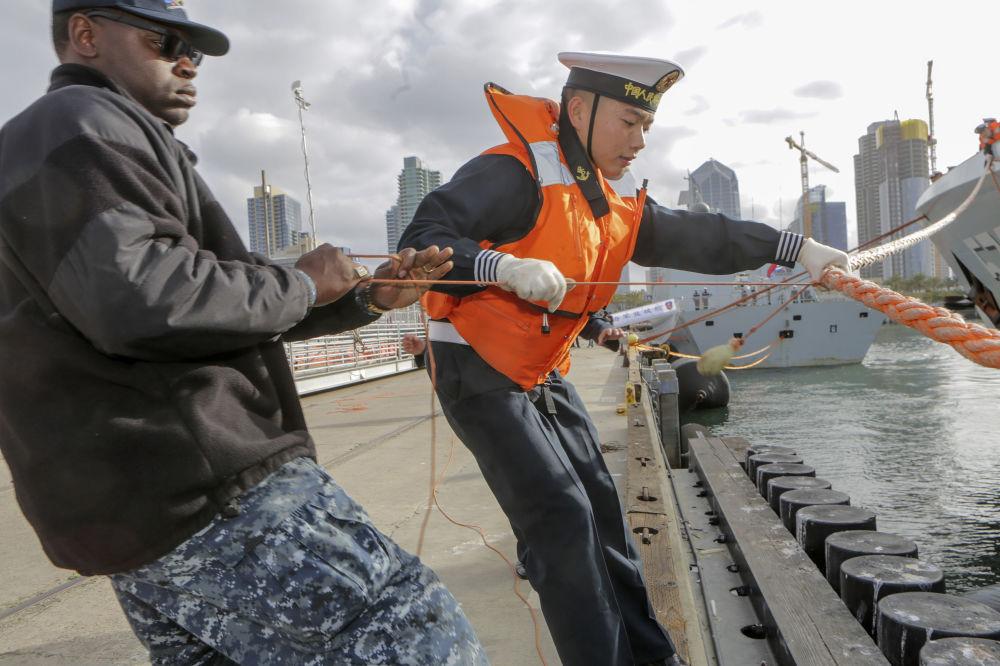 加利福尼亚州的中国和美国海军士兵