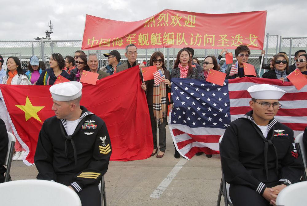 圣迭戈当地民众欢迎中国军舰靠港