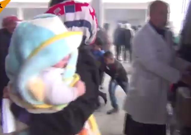 俄医生在阿勒颇治疗难民