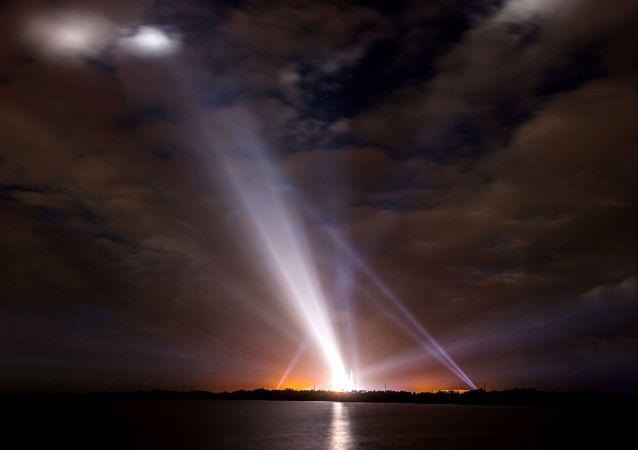 搭载美军通信卫星的德尔塔IV型火箭从卡纳维拉尔角发射升空