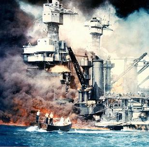 """被日方击沉、爆炸起火的美国""""西弗吉尼亚""""号战列舰"""