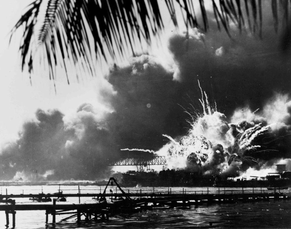 美国驱逐舰中袭击中爆炸