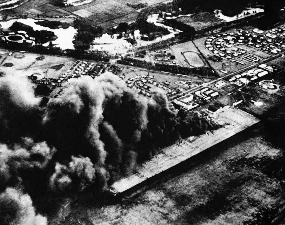 遇袭后冒着烟的美国珍珠港-希卡姆联合基地