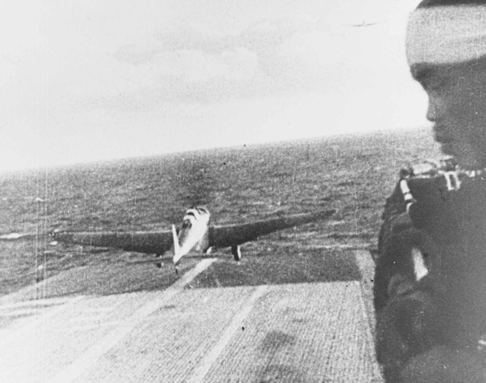 """日本轰炸机从""""翔鹤""""号航母起飞。"""