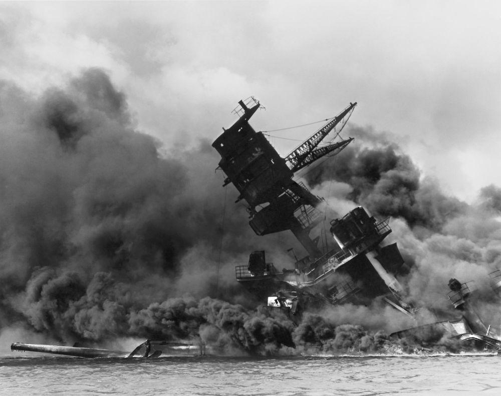 """美国海军""""亚利桑那""""号战列舰在日本偷袭珍珠港后爆炸起火。"""