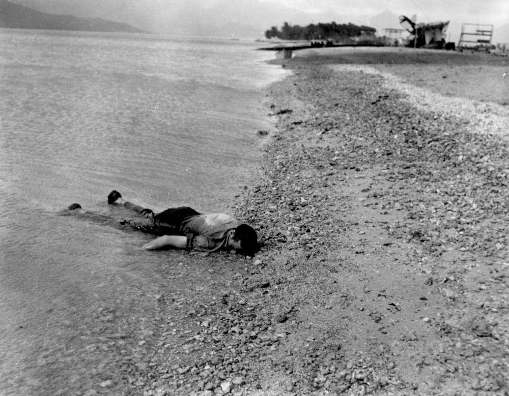 在珍珠港事件中丧生的水兵遗体