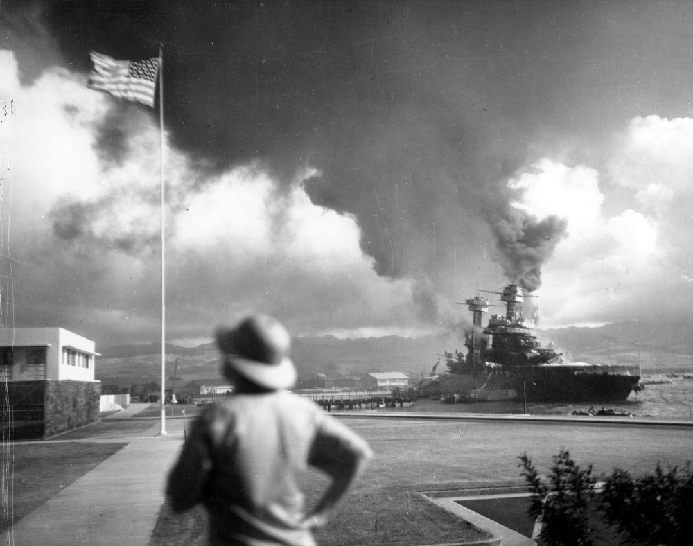 """日本偷袭之后受损的美国""""加利福尼亚""""号战列舰"""