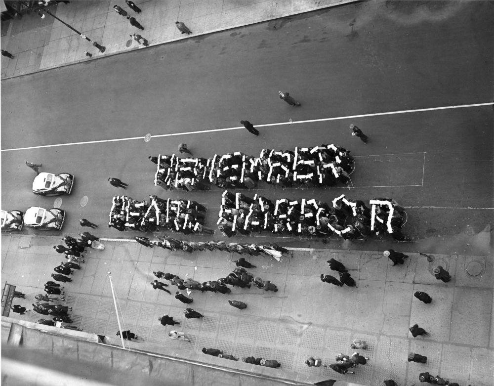 """写下""""勿忘珍珠港""""字句的志愿防御军成员,纽约街头"""