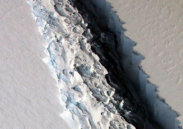 美国国家航天局在南极洲发现长度为一百千米的裂缝