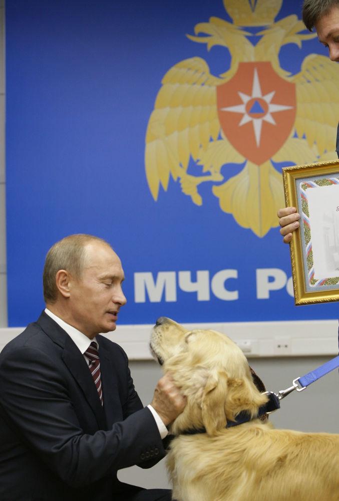 弗拉基米尔•普京在俄紧急情况部国家危机情况管理中心。