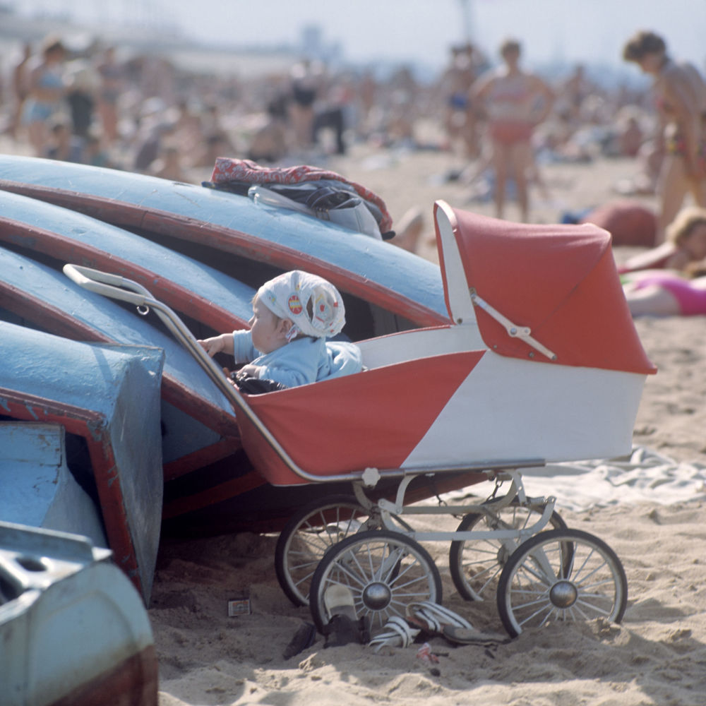 高尔基市市区河滩摇篮车里的小孩,1970年。