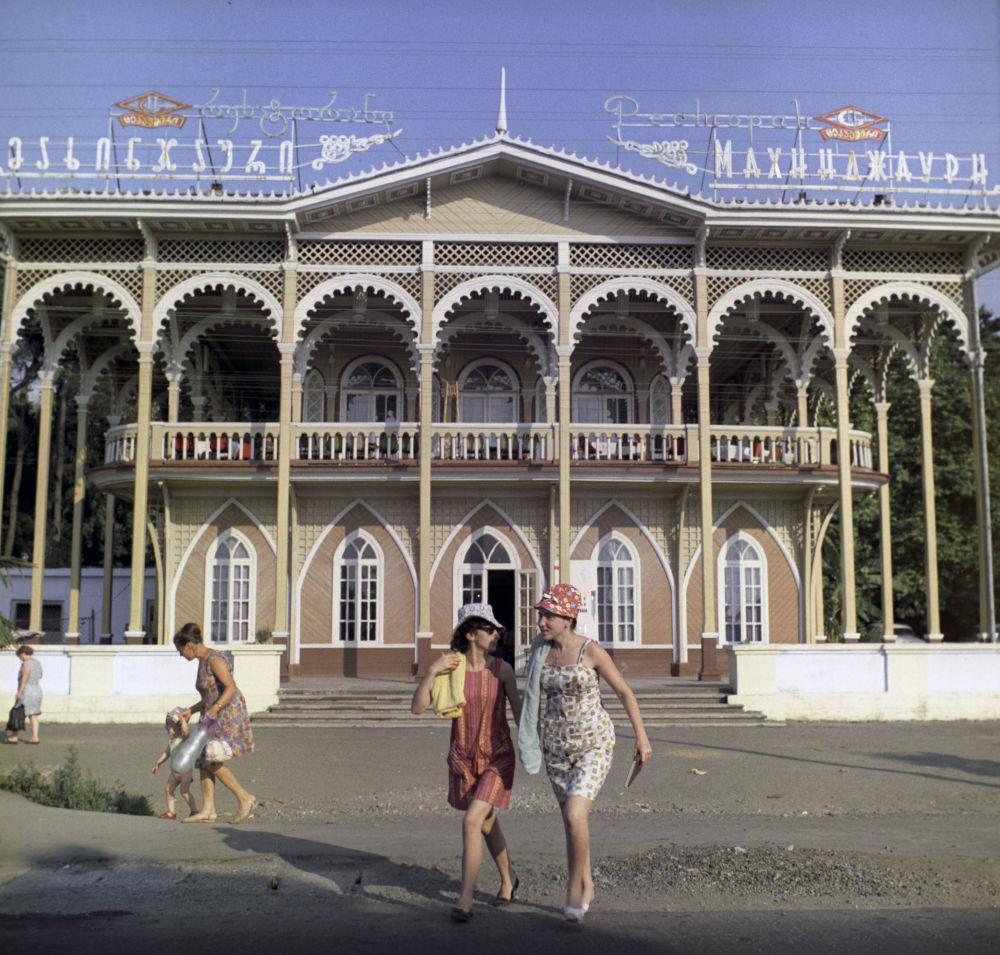 巴统Makhinjauri酒店大楼外观,1971年。