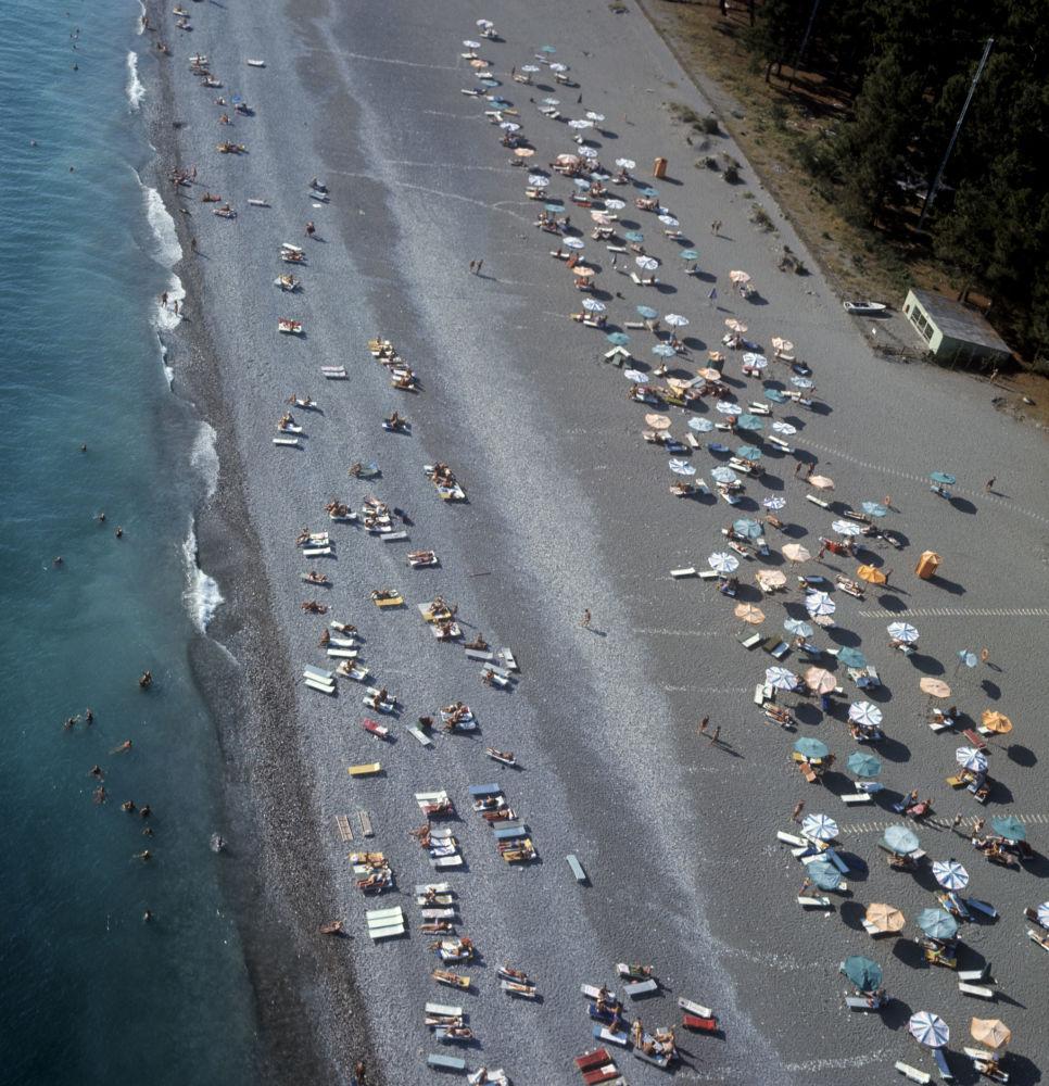 皮聪达海滩上的度假者,1972年。