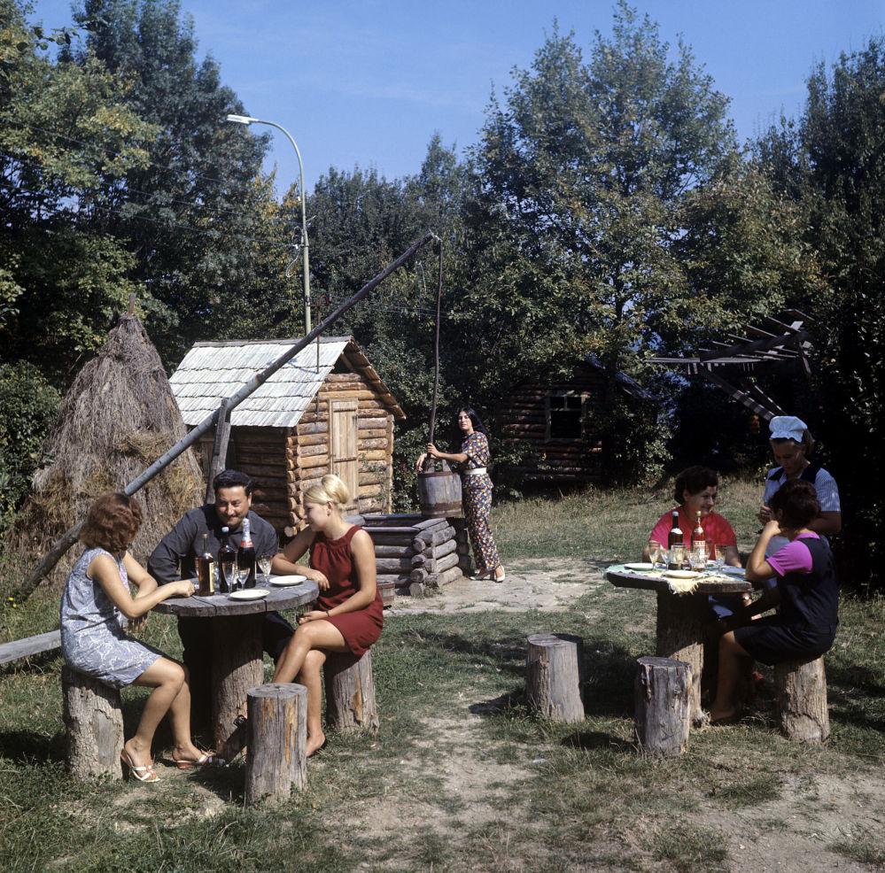 """""""绿鹦鹉""""餐厅,1970年。"""