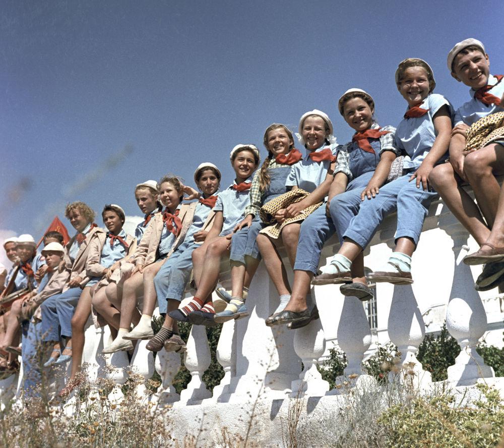 """参加全苏""""阿尔捷克""""少先队夏令营的学生,1963年。"""