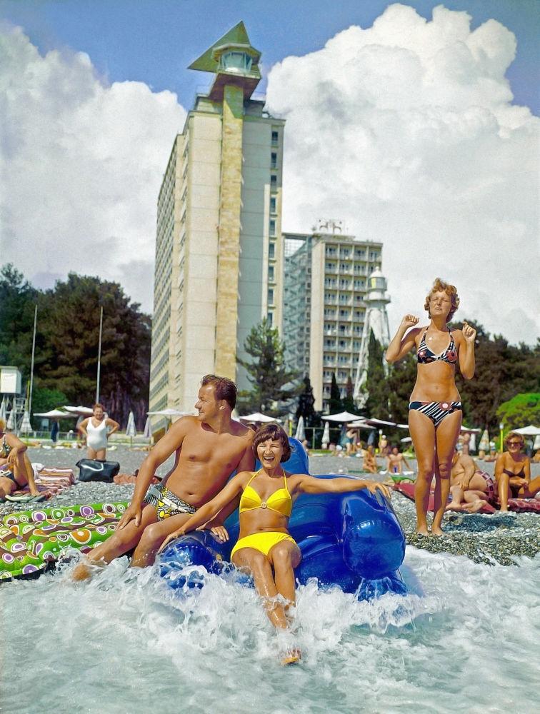 皮聪达海滩上的度假者,1982年。