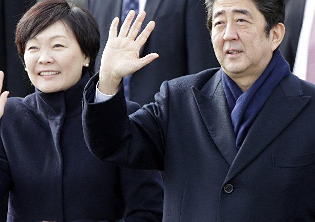 日本首相夫人在长门市向俄海员烈士墓献花