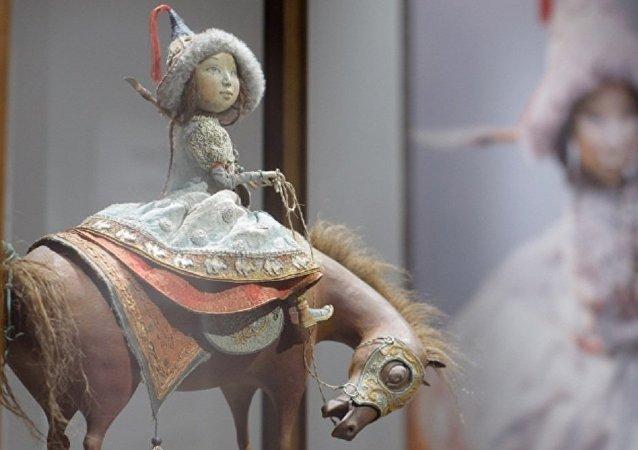 布里亚特雕塑家达西在北京展示家族木偶创作