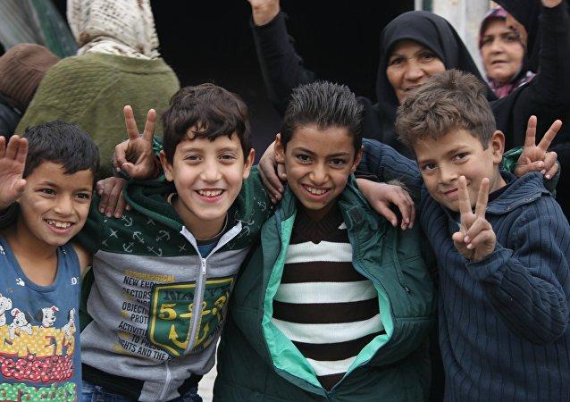 孩子眼中的战争画展在叙利亚阿勒颇开幕