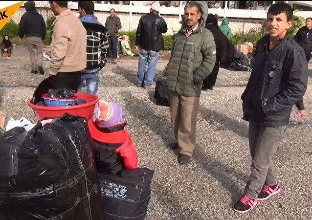 叙利亚人离开难民营并返回已被解放的阿勒颇