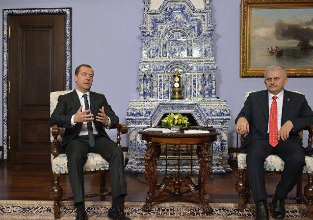 俄罗斯总理梅德韦杰夫与土耳其总理耶尔德勒姆