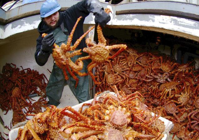 俄漁業企業青島展會上展示野生活比目魚和海蟹
