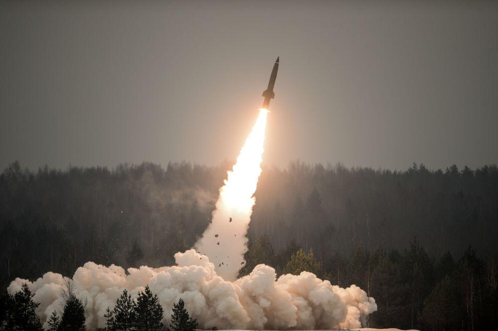 """""""圆点-U""""(Tochka-U)战术导弹示范发射"""