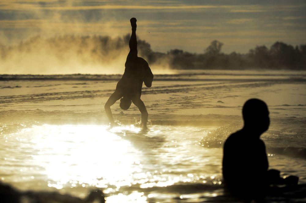 男人们在沃尔霍夫河里游泳。