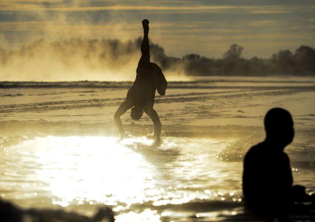 俄罗斯冬泳爱好者参加在哈尔滨举行的冬泳比赛