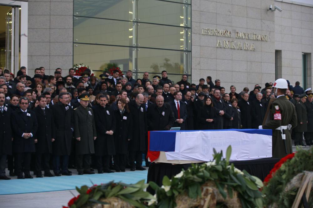 安卡拉机场举行遇害俄罗斯大使安德烈·卡尔洛夫的遗体告别仪式。