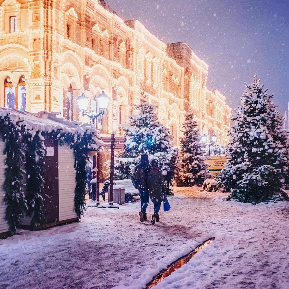 情侣在莫斯科红场上散步