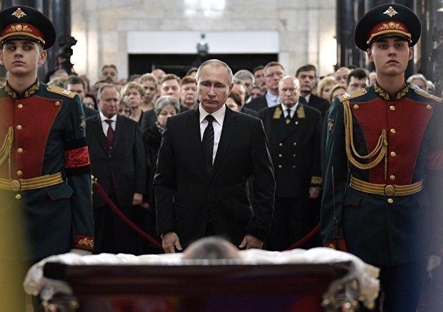 普京前往悼念牺牲的俄驻土大使安德烈∙卡尔洛夫