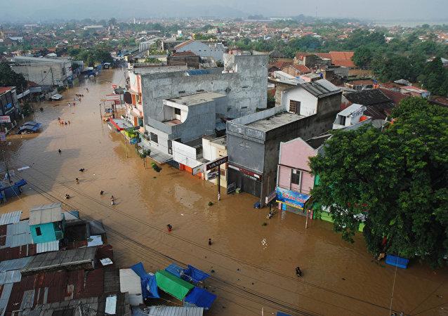 印度尼西亚超过10万人因洪水而离开家园