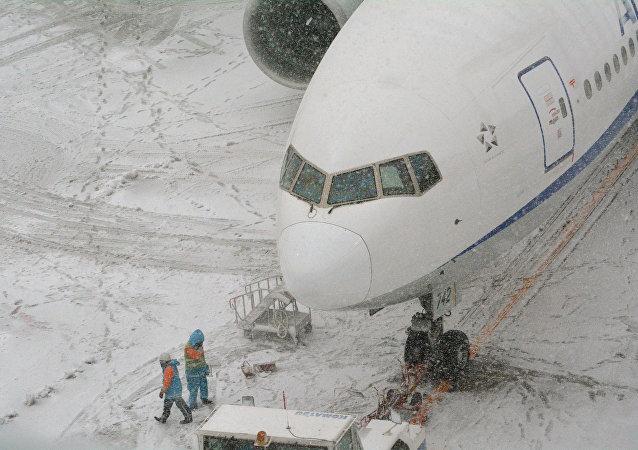 华媒:日本北海道大雪致约500人滞留