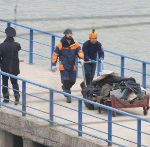 消息人士:一昼夜内从黑海海底打捞出310多块图-154飞机碎片