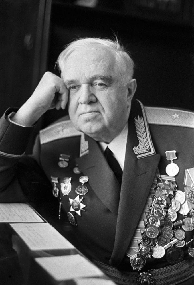 苏联人民演员、亚历山德罗夫红旗歌舞团艺术指导和首席指挥鲍里斯·亚历山德罗夫少将