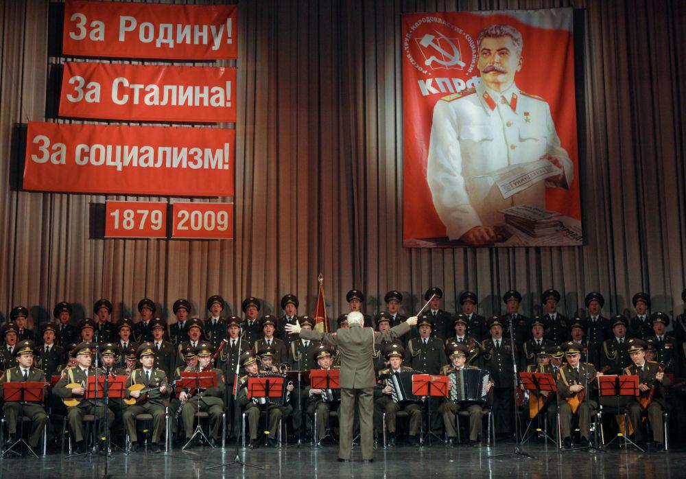 俄军亚历山德罗夫红旗模范歌舞团在斯大林诞辰130周年盛大晚会上演出