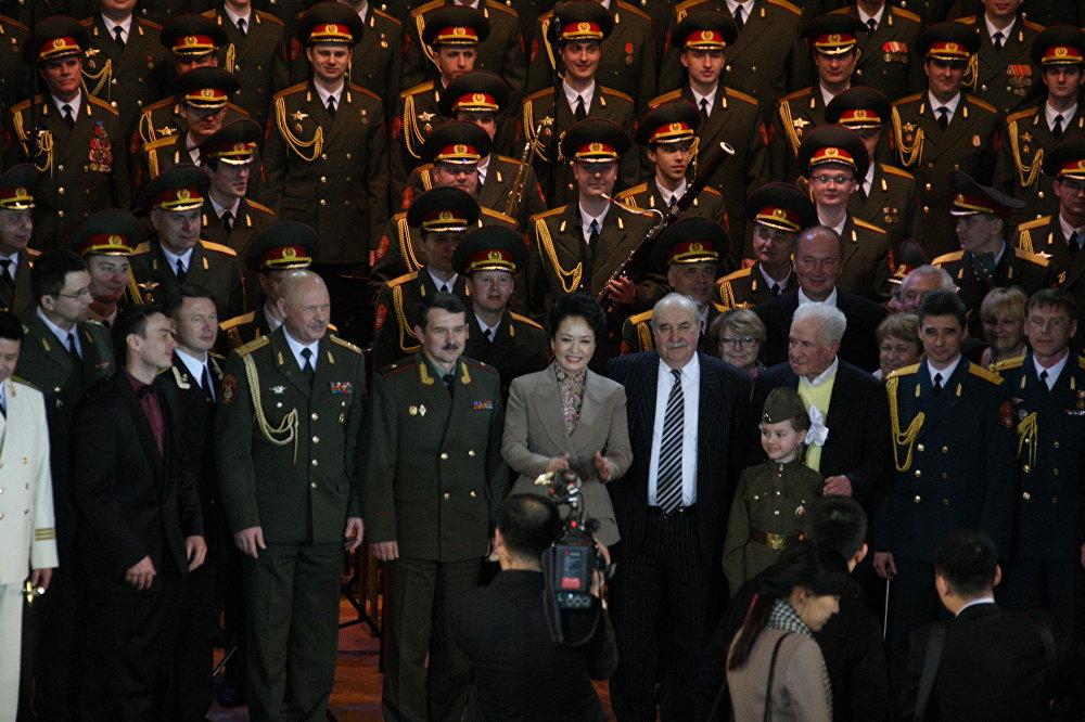 中国国家主席习近平2013年访问莫斯科期间,其夫人彭丽媛曾访问亚历山德罗夫歌舞团,她曾经演唱过这些俄罗斯和中国共有的民歌。  彭丽媛与亚历山德罗夫歌舞团共同演绎《红梅花儿开》。