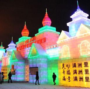 滿洲里冰雪主題園入口處的遊客
