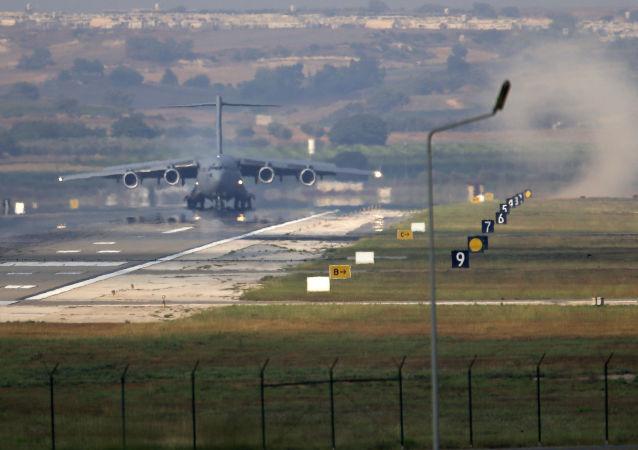 Самолет ВВС США на авиабазе Инджирлик в Турции