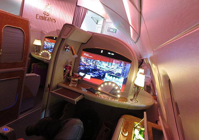 阿联酋航空向乘客分发湿睡衣