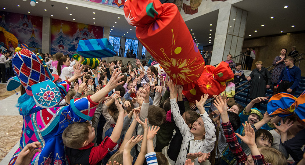 克里姆林宫发布消息称,普京邀请美国驻俄使馆外交官子女参加克里姆林宫举办的新年枞树晚会