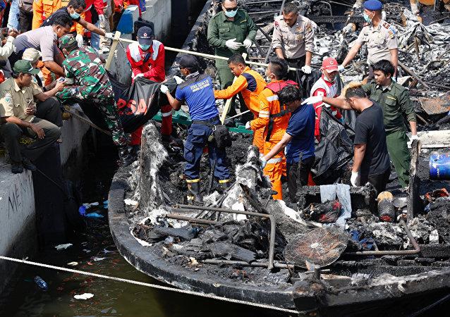 媒体:印尼警方逮捕起火渡轮船长