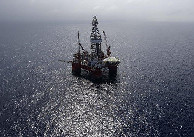 美国海岸警卫队正在全力扑灭墨西哥湾石油钻井平台火灾