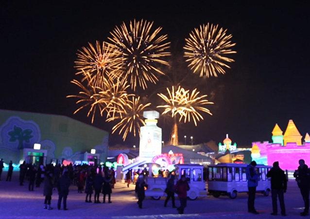 哈尔滨冰雪节开幕:烟花和冰宫