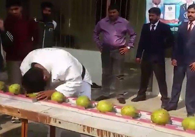 巴基斯坦男子1分钟头碎43个椰子