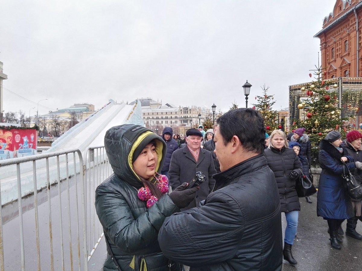 接受记者采访时,这位男性朋友告诉我们在莫斯科如何度过新年